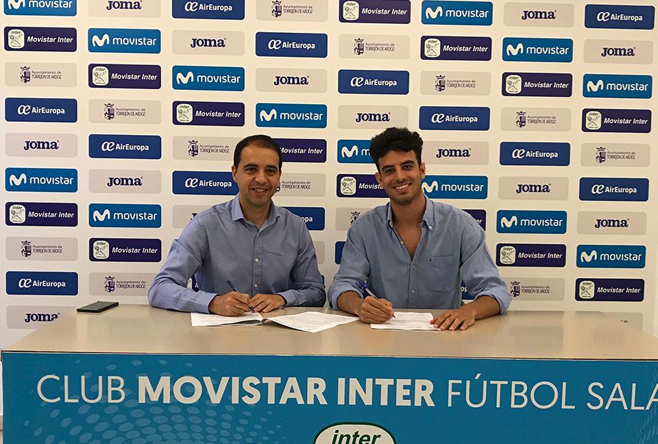 Iván Moreno durante la firma de su nuevo contrato con el primer equipo