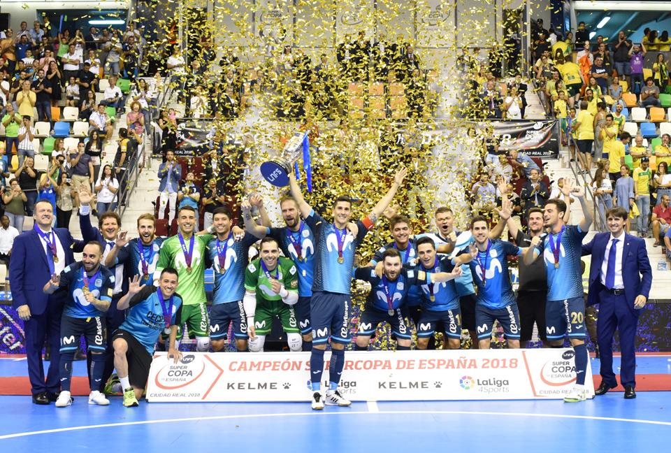 Carlos Ortiz, levantando la Supercopa de España 2018